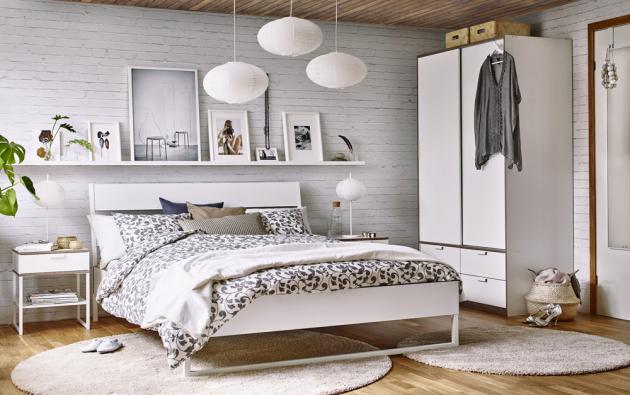 Nábytková kolekce Trysil (IKEA), rám postele, 160 x 200 cm, cena 2 790 Kč, noční stolek, cena 699 Kč, skříň, cena 4 790 Kč, www.ikea.cz