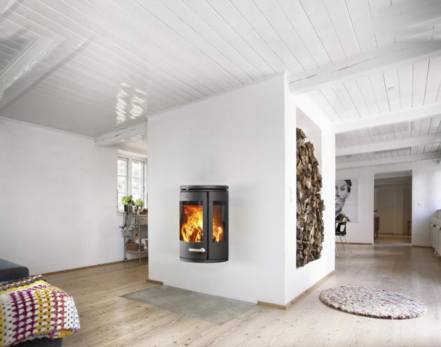 Řadu litinových kamen na dřevo Morso 7900 navrhla pro firmu Morso Jernstoberi významná dánská designérka Monica Ritterband, cena 63 900 Kč, www.morso.cz
