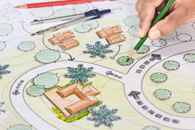 Dodržujte praxí prověřené pravidlo: nejprve se osazují okraje pozemku, pak se postupuje do jeho středu. S výsadbou rostlin začněte teprve po dokončení zídek, terasy, cest, herních prvků, kůlny, plotu apod. Mějte na paměti, že když vysadíte jeden druh rostlin ve větších skupinách, lépe vyniknou.