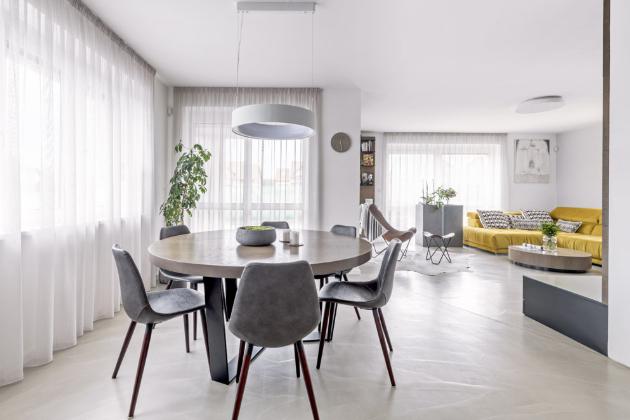 Změna dispozice přízemí dopomohla k vybudování prostorné a světlé místnosti, která je společná pro obývák, jídelnu a kuchyň