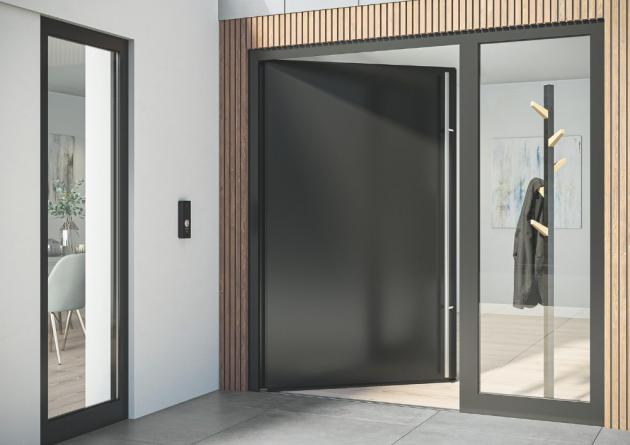 Dveřní systém Schüco AD UP (Aluminium Door Universal Platform) s bezbariérovým zapuštěným prahem zajišťuje snadný přístup a zároveň splňuje standardní požadavky na vchodové dveře, jako je vodotěsnost a propustnost vzduchu.