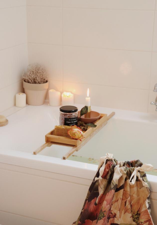 Nedám dopustit na tři věci - na svíčky, které podpoří atmosféru, na měkký koberec, na který je radost stoupnout a na voňavá mýdla a koupelové soli, díky nimž je odpočinek ve vaně skutečným zážitkem, dodává Pastellmama. (foto Bonami/Pastellmama)