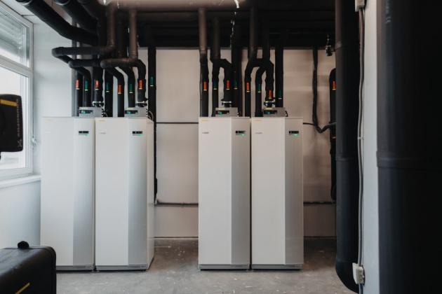 """Záměrem zadavatele energetického systému, koncernu Muehlbauer, bylo zajištění ekologického provozu celého objektu a komfortního vnitřního prostředí pro zaměstnance, a to pomocí úsporné, tiché a bezprůvanové technologie s dlouhou životností. Za jeho realizací stojí firma EPITREND (partner společnosti NIBE Energy Systems, výhradního dodavatele švédských tepelných čerpadel NIBE a NIBE """"S"""" do České republiky a na Slovensko), která se specializuje na montáž a servis environmentálně šetrných zdrojů tepelné energie"""