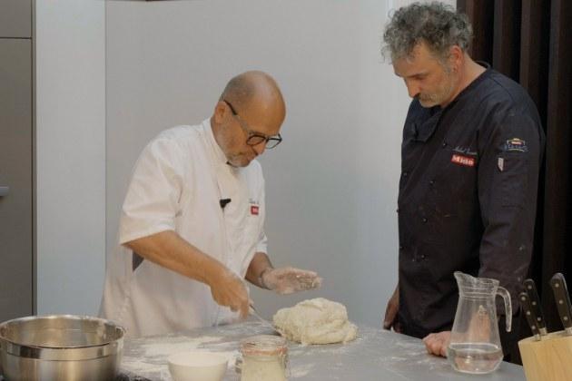 Jedním z neoblíbenějších pokrmů, které prověřily naše kuchařské umění a schopnosti kuchyňských přístrojů, se stal domácí kváskový chléb. Není tedy divu, že mu byl věnován také jeden z dílů oblíbeného online pořadu Miele s uznávaným šéfkuchařem Zdeňkem Pohlreichem VAŘTE DOMA JAKO ŠÉF.
