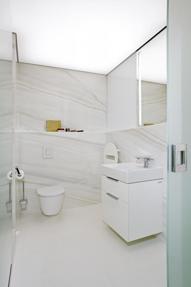 V koupelně je použitý velkoformátový obklad Ultra Marmi v rozměrech 300 x 150 cm, klozet, umyvadlo a baterie jsou z kolekce Laufen Kartell, vše z prodejny MAAG Brno