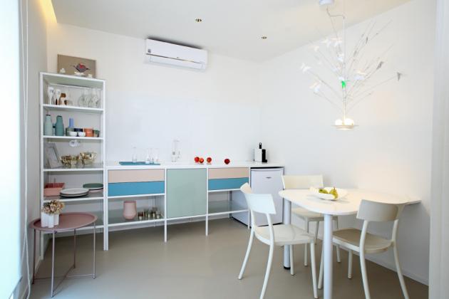 Jednoduchou kuchyň s rámovou konstrukcí a jídelní stůl navrhl architekt a na zakázku zhotovila firma Šmetr