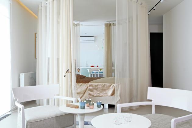 Kromě uměleckých děl a značkového nábytku je v bytě i spousta drobných designových bytových doplňků a nádobí