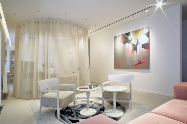 V bytě jsou vystavené kousky od současných špičkových českých umělců, např. koberec je od Petra Nikla