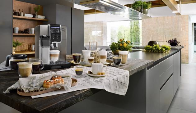 Kávovar Dinamica Plus (De´Longhi), systém One Touch, dvojité spařování, cena 24 989 Kč, www.delonghi.com
