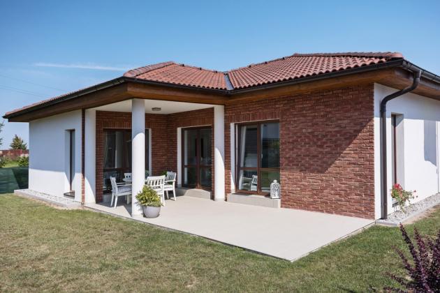 Rodinný dům BUNGALOV od společnosti Canaba v základní dispozici 5 + 1, kterou je možné rozšiřovat o další obytný prostor, garáž nebo dílnu. vyniká jednoduchými a čistými liniemi, www.canaba.cz