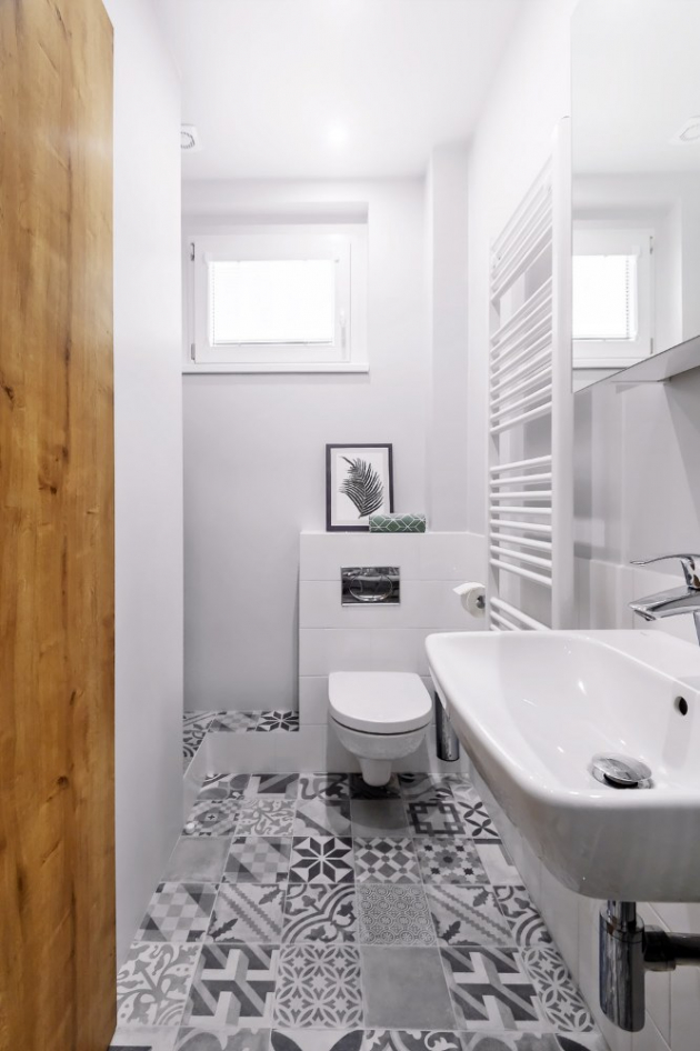 KOUPELNA Nosnou myšlenkou bytu jsou staré časy, které v koupelně evokuje patchworková dlažba z prodejny Siko, odkud je i další zařízení koupelny