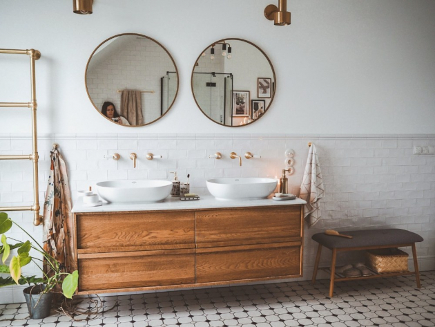 V Aniině koupelně není prostor pro náhodu. Vše je promyšlené. Díky jednoduché barevnosti působí i přes velké množství zlatých prvků vzdušně. (foto: Bonami/Scraperka)