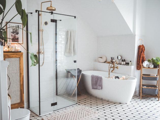 Klasický obklad na zdech a černobílá podlaha k sobě také perfektně ladí. Velkou roli však hrají ratanové prvky a dřevo. (foto: Bonami/Scraperka)