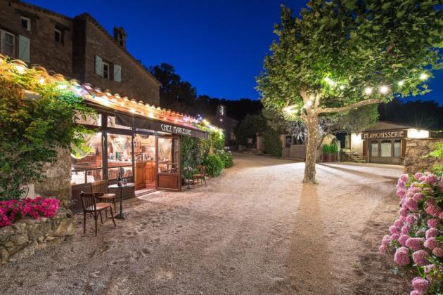 Součástí zrenovované oblasti je hlavní dům, šest domů pro hosty (z nichž jeden byl původně vesnický kostel), soukromá restaurace Chez Marceline a umělecké studio.