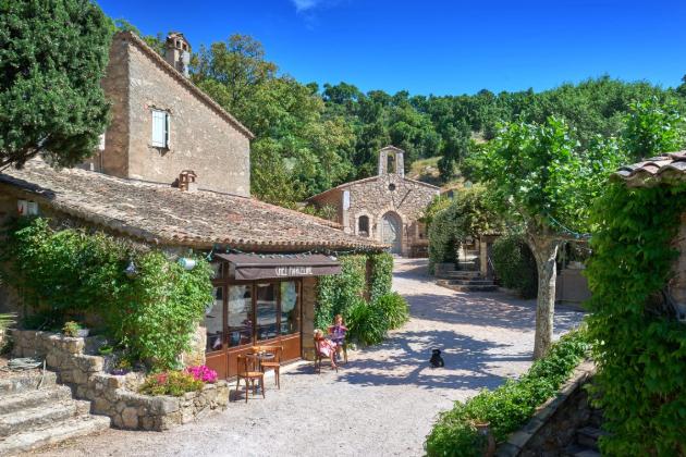 V roce 2001 koupil Depp opuštěnou vesnici z 19. století v Provence, které změnil v idylické místo k bydlení.
