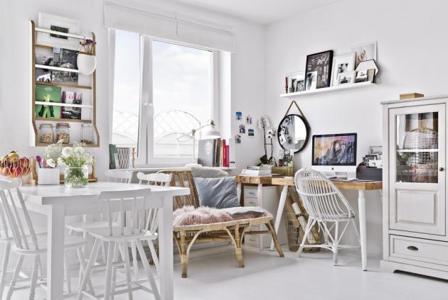 PRACOVNA Součástí obytného prostoru, kde se nachází kuchyň, jídelna a obývací část, je i pracovna. Fotografka tak může být při práci stále v kontaktu s rodinou
