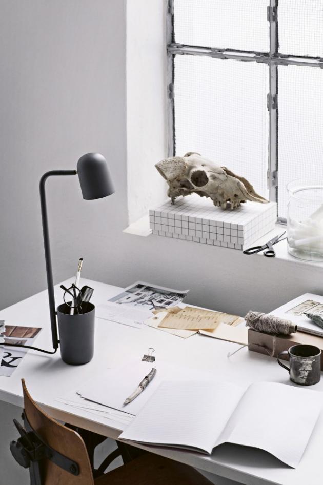 Stolní lampa s držákem na tužky Buddy (Northern), lakovaný kov, 16 × 49 cm, cena 6 190 Kč, www.designville.cz