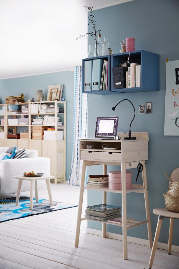 Jako informační centrum domova může sloužit vysoký pracovní stůl k stání Knotten (IKEA), bříza, výška 105 cm, cena 3 990 Kč, www.ikea.cz