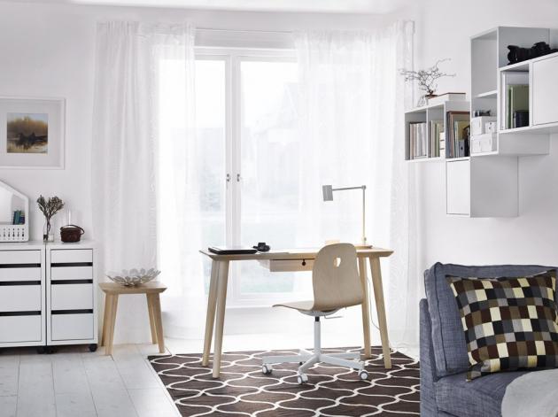 Psací stůl Lisabo (IKEA), dýha jasan, 118 × 45 cm, cena 3 490 Kč, pracovní židle Vagsborg/Sporren (IKEA), 118 × 45 cm, cena 1 299 Kč, www.ikea.cz