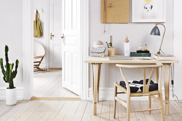 Doplňky a dekorace do domácí pracovny (nástěnka, stojánek na tužky, podložka pod myš, dřevěná zvířátka) jsou od firmy Oyoy, www.oyoy.dk