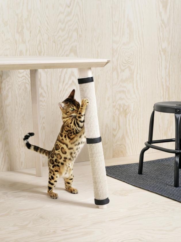 Škrabací podložka z kolekce Lurvig (IKEA), 50 % sisal / 50 % juta, lemovací páska 100% bavlna, 63 × 25 cm, cena 149 Kč, www.ikea.cz