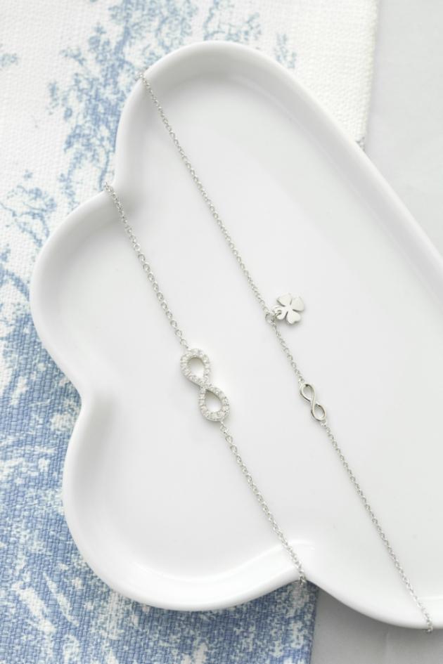 Stříbrný náhrdelník s jemným přívěskem, elegantní zlatý náramek střpytivými zirkony nebo snad luxusní diamanty?