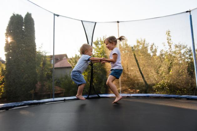 Trampolínu je v první řadě nutné vybrat podle velikosti zahrady, na kterou ji plánujete umístit. Trampolína kolem sebe musí mít alespoň metr, ideálně metr a půl volného prostoru ze všech stran. Navíc by měla stát na rovném povrchu bez překážek. Průměr skákací plochy může být až o 30 centimetrů menší než její celková velikost, při nákupu a měření prostoru se nezapomeňte řídit celkovou velikostí.