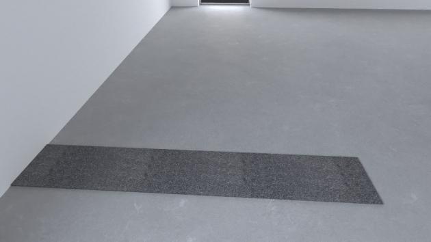 01 Asfaltový pás Na podlahu se položí těžký asfaltový pás tloušťky minimálně 3,5 mm. Pás je širší než budoucí stěna přibližně o 50 mm na každou stranu od líce neomítnuté stěny proto, aby nedošlo k propojení omítky s podlahou.