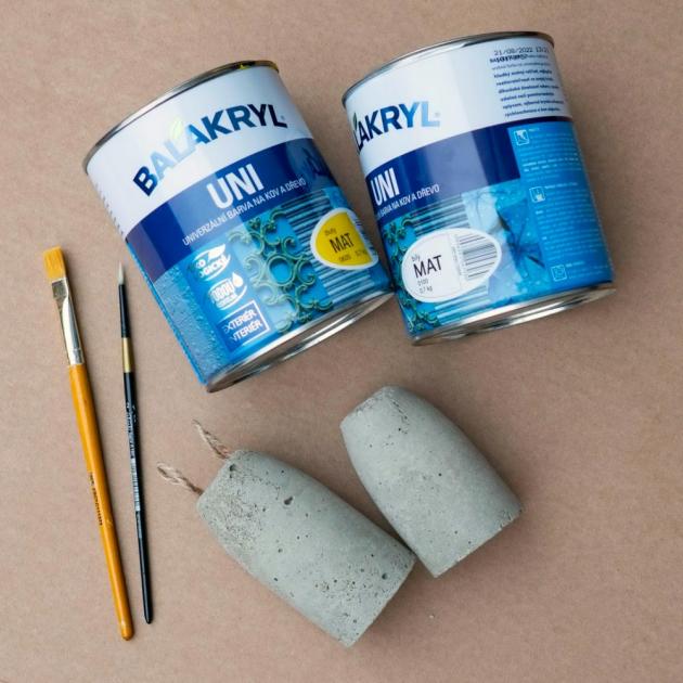Beton vyrobíte jednoduše smícháním vody a cementu, který seženete v hobby marketech nebo ve stavebninách. Až bude mít beton hustou konzistenci, nalijte ho do připravených formiček. Do nezaschlého betonu zastrčte provázky jako zaječí ouška, nebo kuřátku hřebínek z filcu či čtvrtky. Beton nechte pořádně ztuhnout přibližně 2 dny, ale záleží na velikosti vašich formiček. Ztvrdlý polotovar pak opatrně vyloupněte z formičky. Pokud by to šlo stěží, formičku rozstřihněte. Pak už zbývá betonové polotovary pěkně pomalovat 2 vrstvami barvy Balakryl v rozestupu 4 hodin. Na drobné motivy použijte fixy.