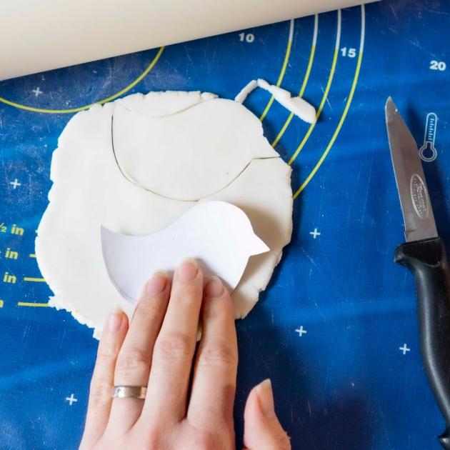 Všechny přísady smíchejte na pánvi, dokud se hmota nepřestane lepit. Z hmoty vyválejte silnější plát (kdyby byl plát moc tenký, mohly by se výtvory při vysychání kroutit). Pomocí vykrajovátek nebo nože vykrajujte ptáčky. Do každého tvaru nezapomeňte udělat dírku na zavěšení. Odložte je na savou podložku a nechte uschnout. Druhý den už se můžete pustit do zdobení. Nejprve ptáčky natřete z obou stran namodro. Za cca 2–4 hodiny je pomalujte folklórními motivy. Nakonec protáhněte dírkou provázek na zavěšení, který můžete doplnit o korálek.