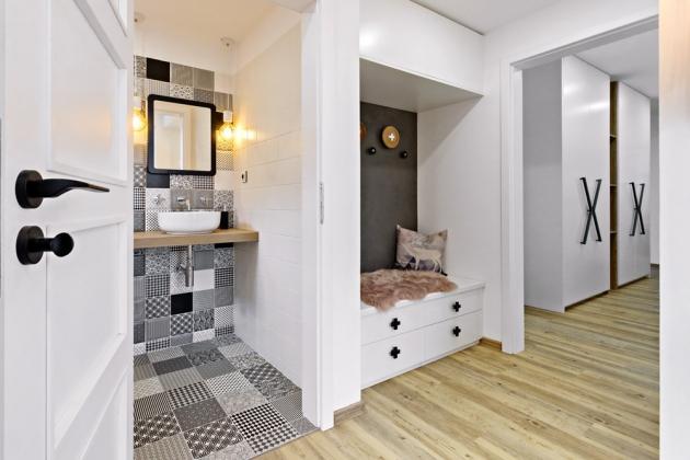 PŘEDSÍŇ Díky značnému množství úložných prostor v domě mohla vzniknout velmi útulná předsíň, která svou majitelku vždy mile přivítá