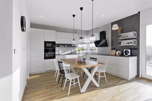 JÍDELNA Hravost vnáší do jídelny kombinace černých a bílých židlí značky TON. Výrazný je i stůl s masivní deskou a křížovým podnožím