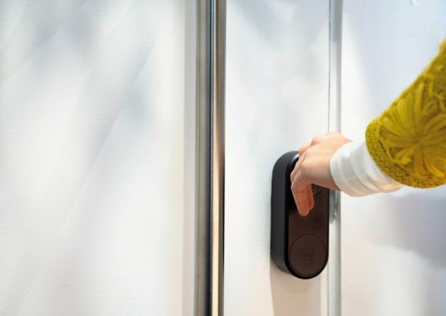 Chytré zámky Yale ENTR nabízejí odemykání a zamykání bez použití klasických klíčů.