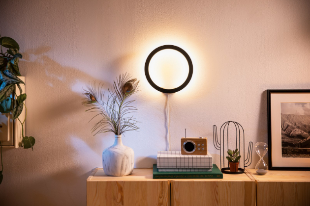 Philips Hue White má všechna bezdrátová svítidla a světelné zdroje s bílým světlem ovládané bezdrátovým ovladačem, který je součástí balení každého svítidla. Pomocí něj lze stmívat všechna spárovaná svítidla a žárovky. Philips Hue White Ambiance mění barevnou teplotu světla od teplé bílé až po denní bílou.