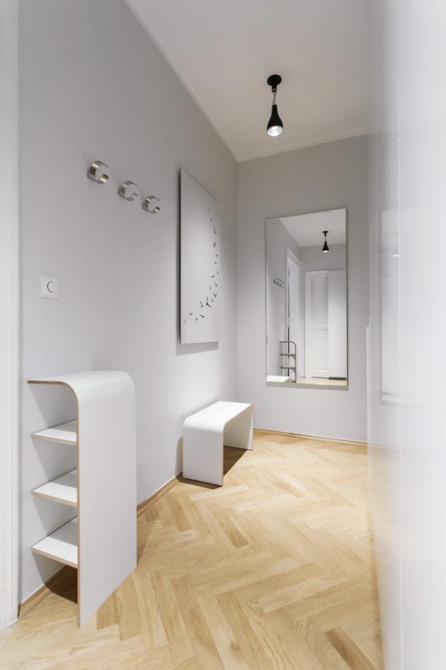 PŘEDSÍŇ Nábytek v předsíni je v bílé neutrální barvě. Hezkým akcentem je svítidlo německé značky Serien
