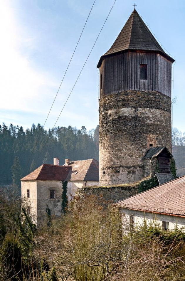 Hrad Pirkštejn ze 14. století se nachází v Ratajích nad Sázavou. Ondřej Kobza tam už pár let přebývá, stará se o údržbu a pořádá tam nejrůznější akce