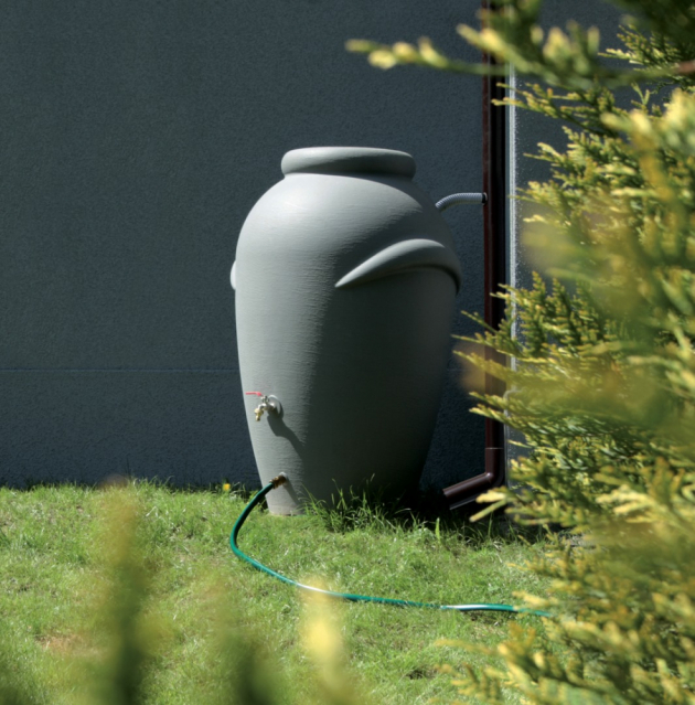 Vodu ze sběrného sudu jednoduše rozvedete po zahradě buď samospádem, pomocí čerpadla, nebo vybavíte sud podstavcem, který ulehčí napouštění konví přímo ze sudu