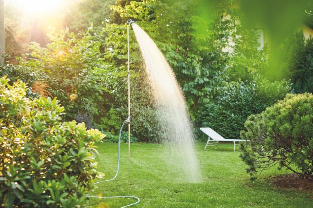 Instalace zahradní sprchy je jednoduchá, lze ji umístit téměř kdekoli. Je k tomu potřeba pouze rovný povrch a hadice napojená ke zdroji vody.