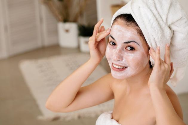Očistěte si pleť a na ni si aplikujte pleťovou masku, která vám prospěje. Vyberte si podle typu své pleti a podle toho, co právě potřebuje - očistu, výživu, hydrataci. Abyste se rozmazlili ještě o trošku víc, celotělový peeling určitě přijde vhod.