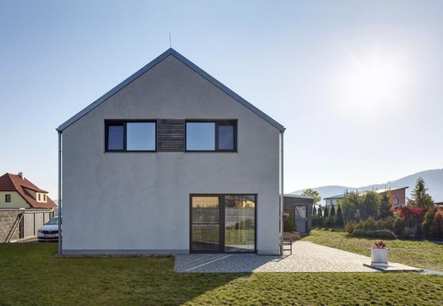 Díky vynikajícím tepelněizolačním vlastnostem domů postavených z přesných cihelných bloků plněných polystyrenem Heluz Family 50 2in1 snadno postavíte dům v pasivně energetickém standardu bez dodatečného zateplení, www.heluz.cz