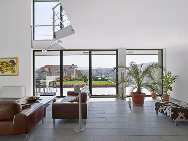 V moderní architektuře se velké formáty prosklených ploch těší značné oblibě, to však klade vyšší nároky na kvalitu a odolnost rámů i pojezdů, www.rehau.cz