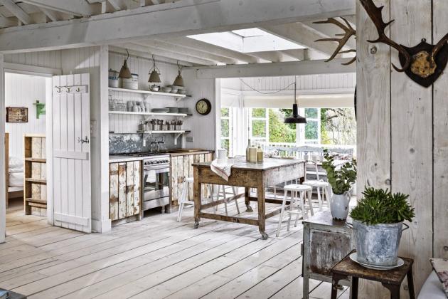 Kuchyň vypadá poněkud improvizovaně, ale je plně funkční a vybavená moderními spotřebiči