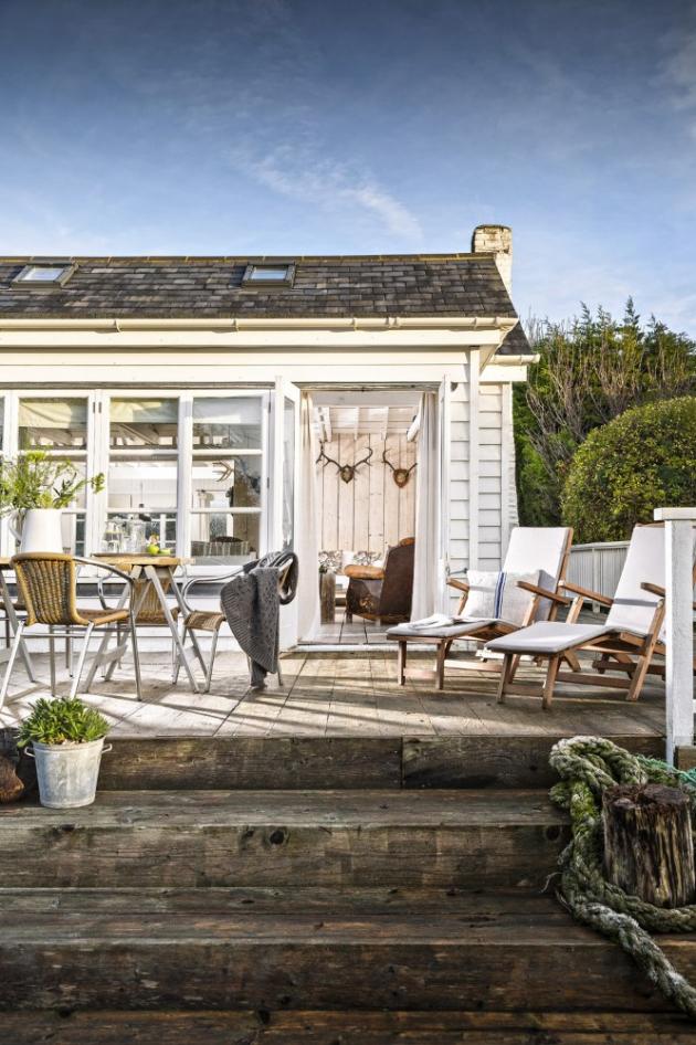 U velkého stolu na prostorné terase lze za příznivého počasí pohodlně stolovat s rodinou i přáteli