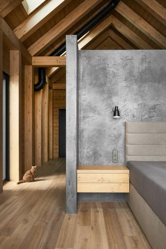 Dům je postaven jako dřevostavba kombinovaná s betonovými monolity, což se velice vkusně propisuje i v interiéru, kde mezi materiály dominuje vybrané dřevo v kombinaci se stylovými stěrkami Betonepox® a Imitace betonu®.