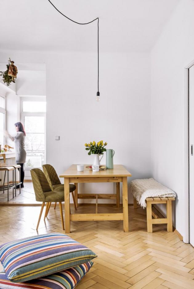 JÍDELNA Masivní jídelní stůl a lavice jsou z IKEA, originální a nově očalouněná retro křesílka věnoval Aničce do bytu kamarád