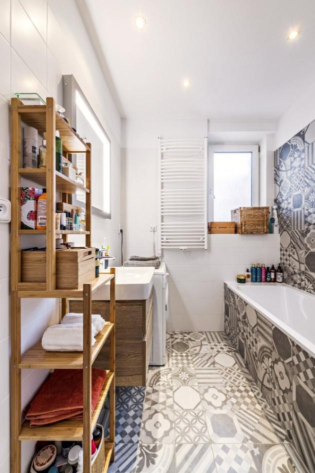 KOUPELNA Novou podobu koupelny namalovala designérka, o celou rekonstrukci se postaralo studio Armati. Moderní patchworkový vzor obkladů hezky doplňuje nábytek z masivu