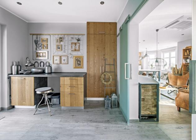 KUCHYŇ Mezi dvěma dílenskými místnostmi se nachází malá a jednoduše zařízená kuchyňka, kde se připravuje občerstvení pro účastníky kurzů