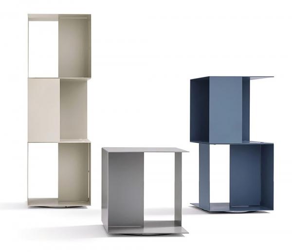 Ocelovou lakovanou konstrukci má otočná knihovna Freebook (Novamobilli), 38 × 38 × 40/78/116 cm, cena cca od 20 000 Kč, www.casamoderna.cz