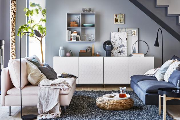 Nábytkovou sestavu Besta (IKEA) tvoří komody s dvířky z lakované dřevotřísky, nohy pochromovaná ocel, 120 × 42 × 74 cm, cena 3 100 Kč, nástěnný policový díl Eket, 70 × 35 × 70 cm, cena 1 200 Kč, www.ikea.cz
