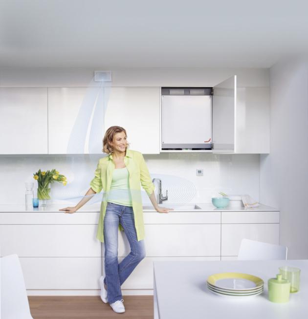 Větrací jednotka ComfoAir 180 (Zehnder) s rozměry 68 × 56 × 28 cm byla navržena s ohledem na možnost vestavění do kuchyňských linek, koupelny nebo jiného výklenku v bytě, www.zehnder.cz